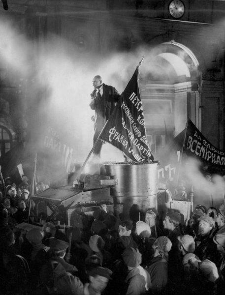 Lenin chega para virar o curso da história