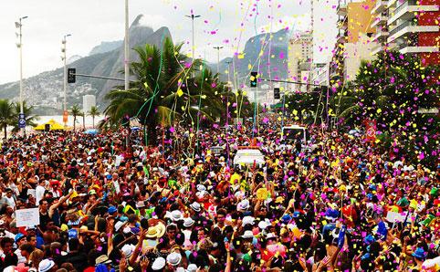 """""""Uma laranja para mim e uma banana para vocês""""! Marchinha denuncia Bolsonaro no carnaval"""