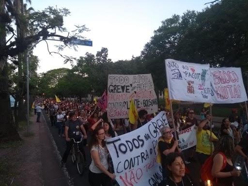 Professores e servidores em greves contra ataques do Leite fazem ato em Porto Alegre