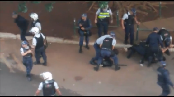 Garota imobilizada e torturada em praça pública em Brasília no dia da manifestação nacional contra a PEC que corta gastos sociais