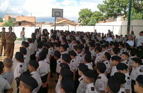 O que acontece dentro das 203 escolas que Bolsonaro militarizou?