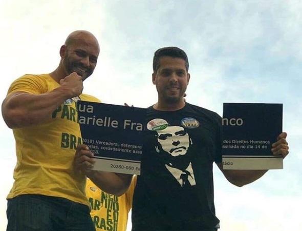 Candidatos do partido de Bolsonaro tiram foto rasgando placa com nome de Marielle Franco
