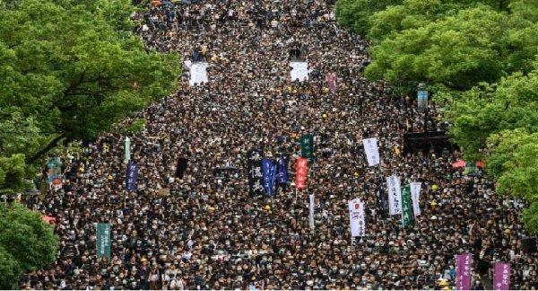 Hong Kong: milhares de estudantes nas ruas em greve estudantil contra o governo Chinês