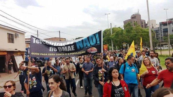 Municipários em greve fazem abraço ao DMAE contra a privatização