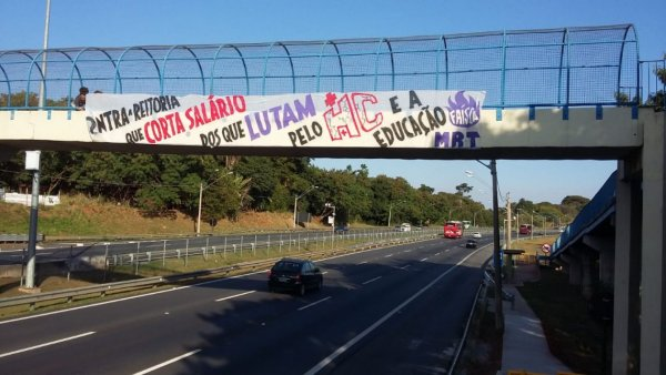 Jovens da Faísca penduram faixa na rodovia em apoio à greve dos trabalhadores Unicamp