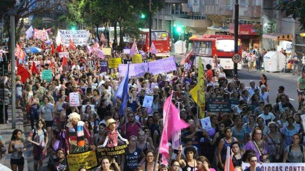 Mulheres vão às ruas em Porto Alegre no 8 de março para gritar contra Bolsonaro e a reforma da previdência