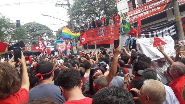 Aguardando discurso de Lula, começa concentração no Sindicato dos Metalúrgicos