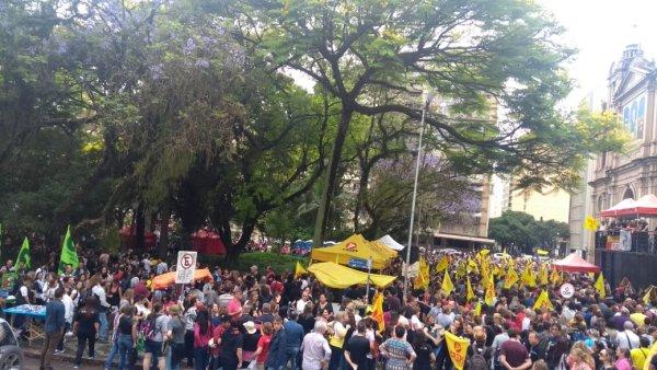 Milhares de professores em assembleia para deflagrar greve contra o pacote de Eduardo Leite