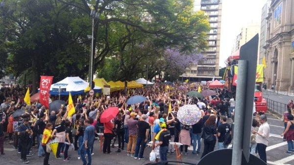 Professores deflagram greve no RS contra os ataques de Eduardo Leite