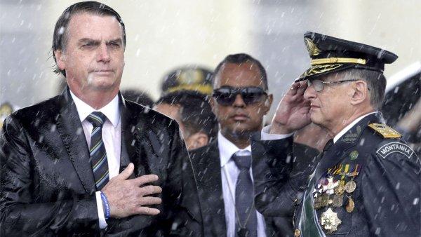 Bolsonaro aumenta vencimentos de militares do alto escalão enquanto ameaça reduzir auxílio