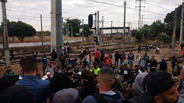 Passageiros fazem manifestação contra a Supervia na Estação Deodoro