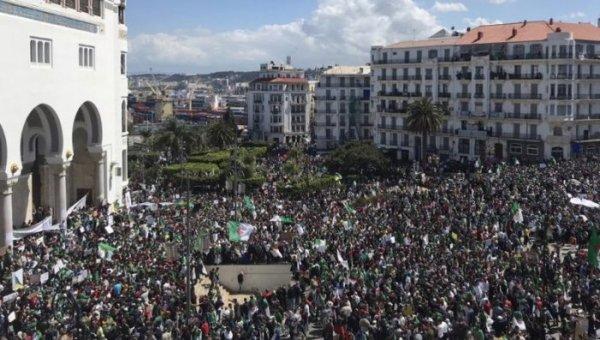 Os argelinos pedem a queda de todo o regime em sua décima sexta-feira de protestos