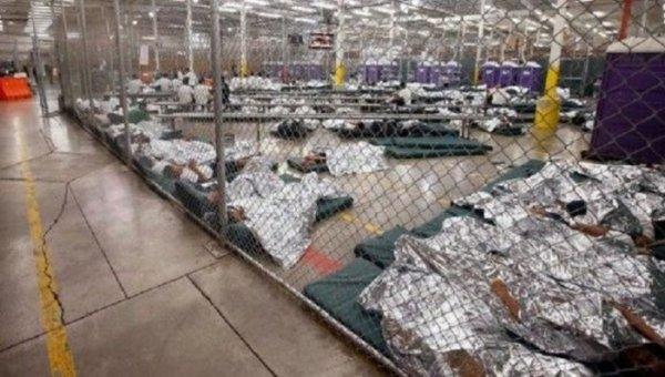 Patrulha de Fronteira dos EUA mantém em custódia imigrante de cadeira de rodas e seu bebê prematuro