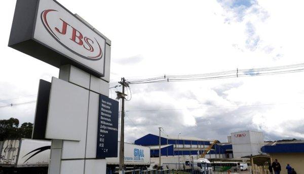 Trabalhadores da JBS sofrem com surto do coronavírus em fábrica no RS
