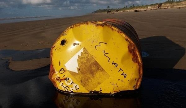 Petróleo atinge maior área de proteção marinha e mais um tambor da Shell é encontrado