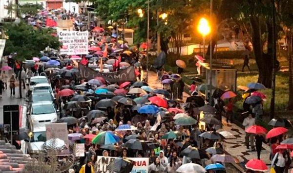 Sob chuva e frio, centenas marcham em Florianópolis e anuncia que é uma só luta contra a reforma e os cortes