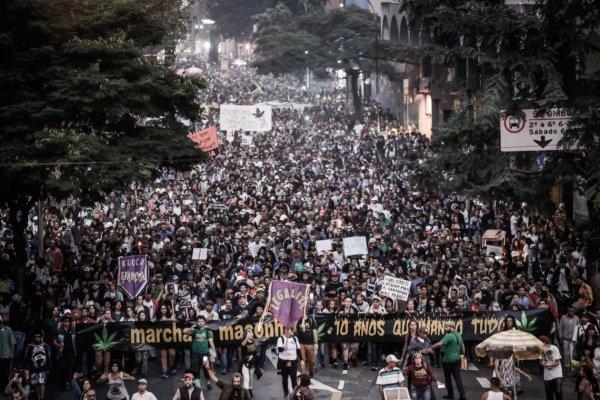 Marcha da Maconha em São Paulo reúne dezenas de milhares de jovens pela legalização