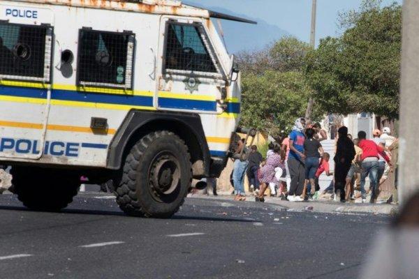 Após deixar trabalhadores com fome e sem testes, Governo sul-africano reabre a economia