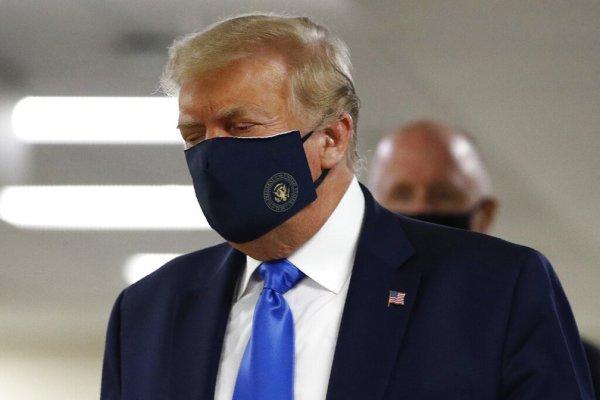 Trump deixa hospital após tratamento de luxo e reafirma seu negacionismo da COVID-19