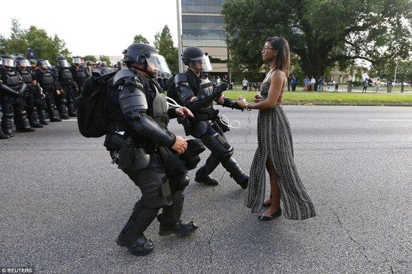 Jovem negra contra tropa de elite da polícia dos EUA vira símbolo contra o racismo