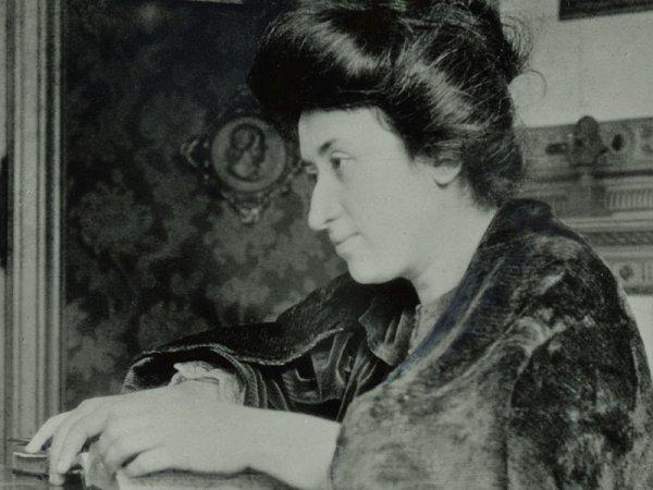 Trotski: Tirem as mãos de Rosa Luxemburgo!