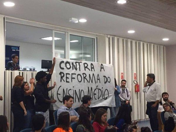 Cercar de solidariedade os estudantes processados da PUC-Campinas