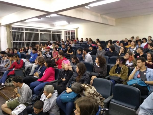 Assembleia da UFJF com 150 pessoas cria comitê de mobilização contra Bolsonaro