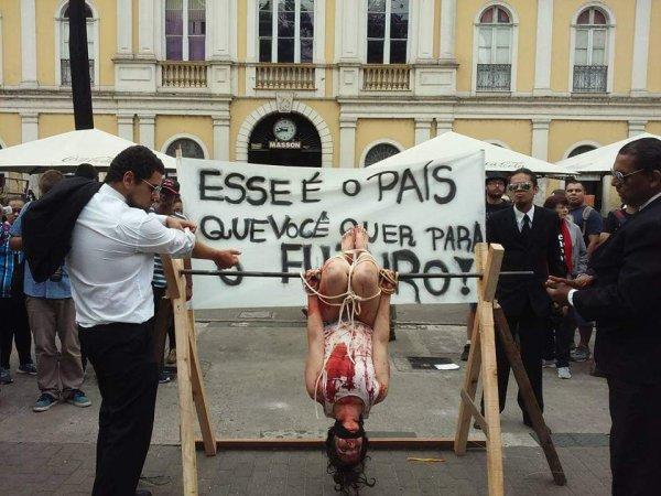Artistas nas ruas de Porto Alegre denunciam práticas de tortura defendidas por Bolsonaro
