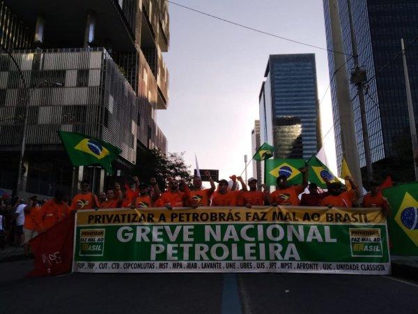 Milhares de petroleiros marcham no Rio, em greve contra as demissões e a privatização