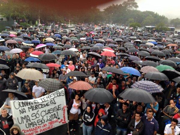 Assembleia da Mercedes Benz decreta greve por tempo indeterminado