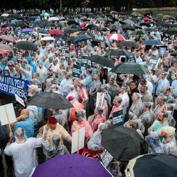 Trabalhadores da Ford fazem manifestação contra fechamento da fábrica